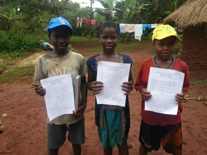 Mohammed, Shaban en Shalifa tonen trots hun overgangsrapport.