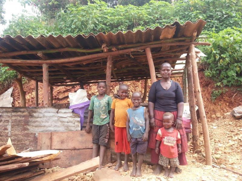 Mama Jane met Gloria, Lameka, John en Obama