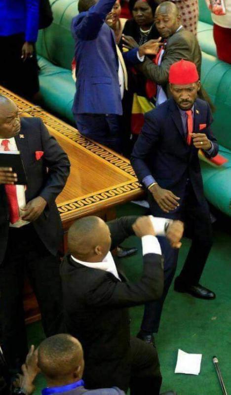 Chaos in het oegandese parlement.
