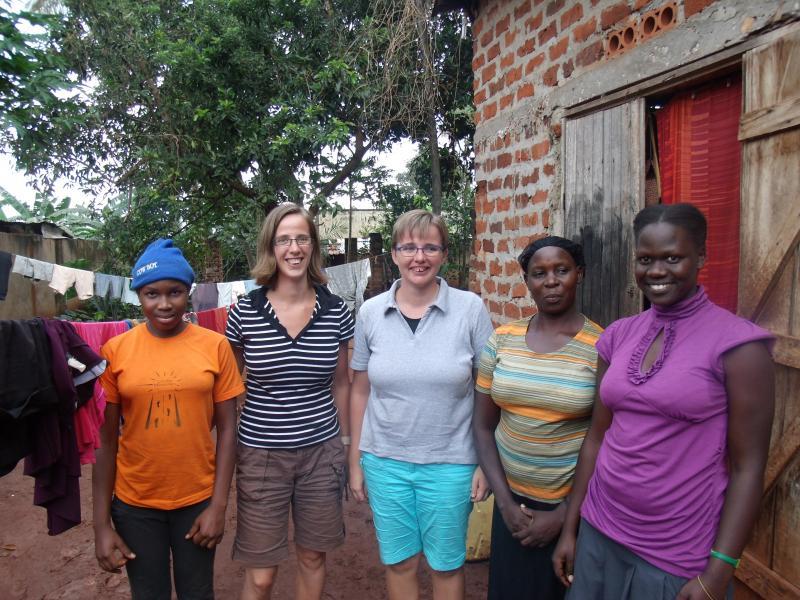 Maggie (rechts) en Rachael (links) samen met hun moeder en hun sponsors Hanneke en Hendrina.