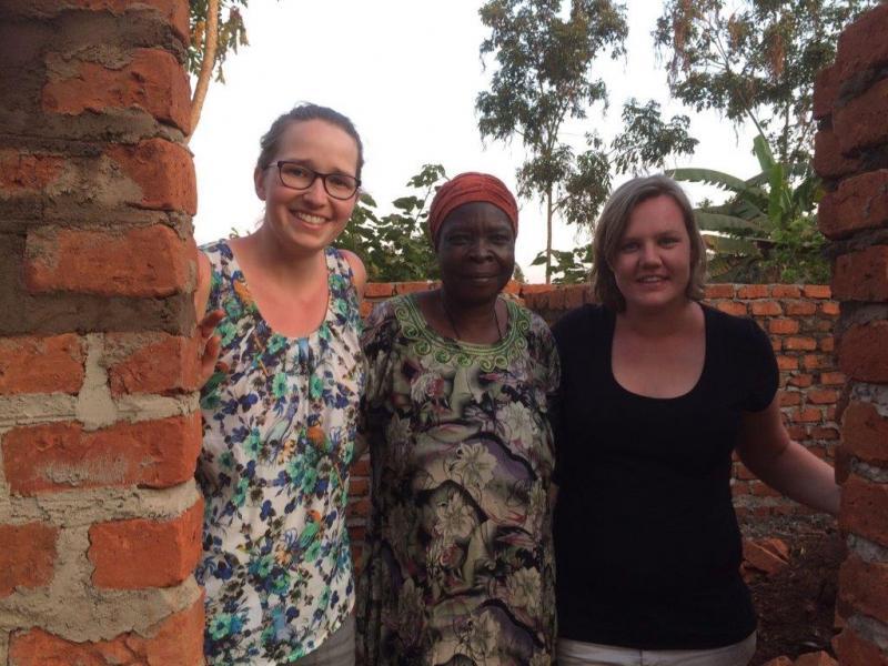 Iris en Rosalie samen met oma tijdens de bouw van haar nieuwe huisje!