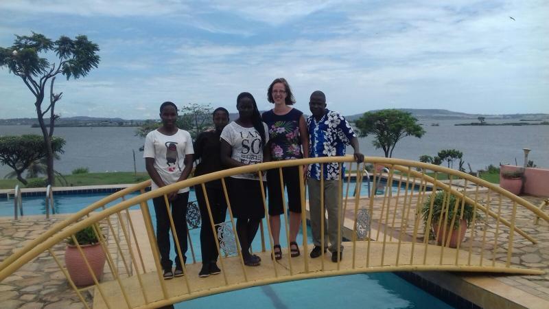 Hendrina te midden van haar sponsor jongeren én die van haar zus Hanneke.