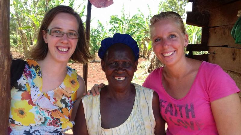 De oma van Barbara & Sharon is blij met het eten en de medicijnen.