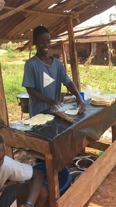 Waiswwa benut zijn lange vakantie om wat bij te verdienen met chapattis.