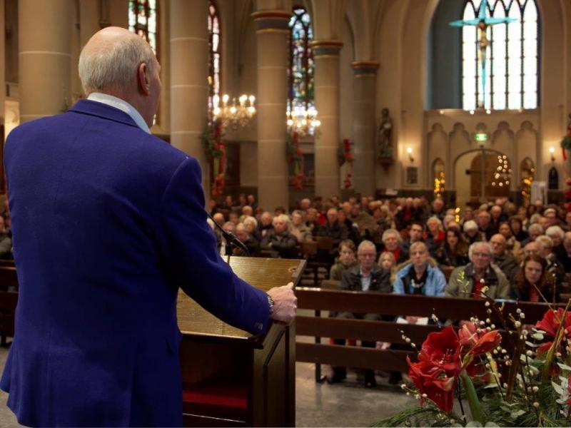 John vertelt in de RK kerk in Mijdrecht over 'licht in de duisternis'...