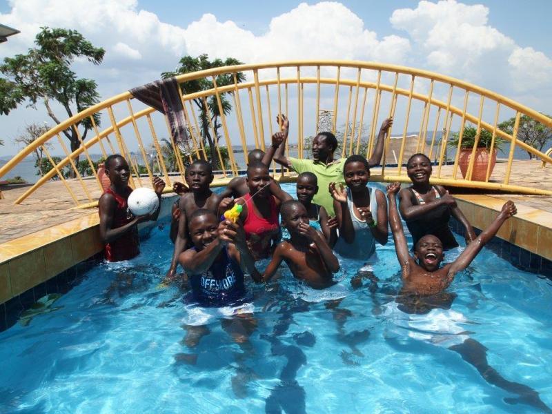 De toppers van de Youth Alpha in het zwembad tijdens het dagje weg!