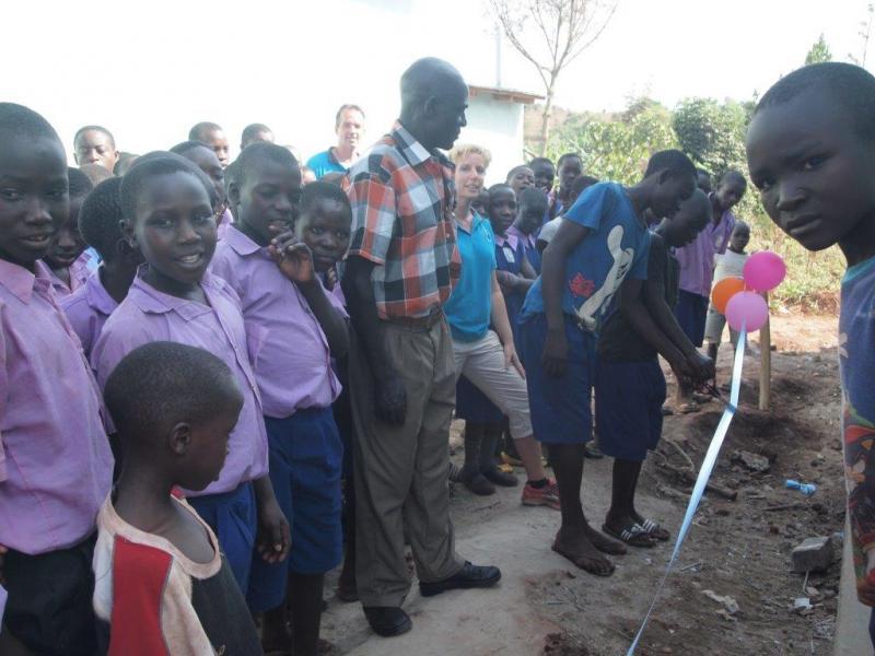 De kinderen van groep 8 van Kimasa Primary School verzorgen de opening van de studiehal.
