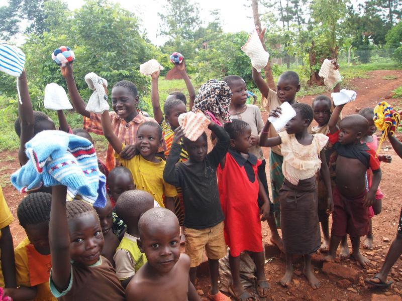 De kinderen zijn blij met de kldeing!