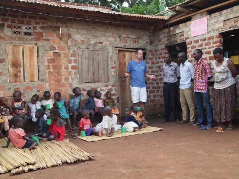 Kinderen en staf van de nieuwe school.