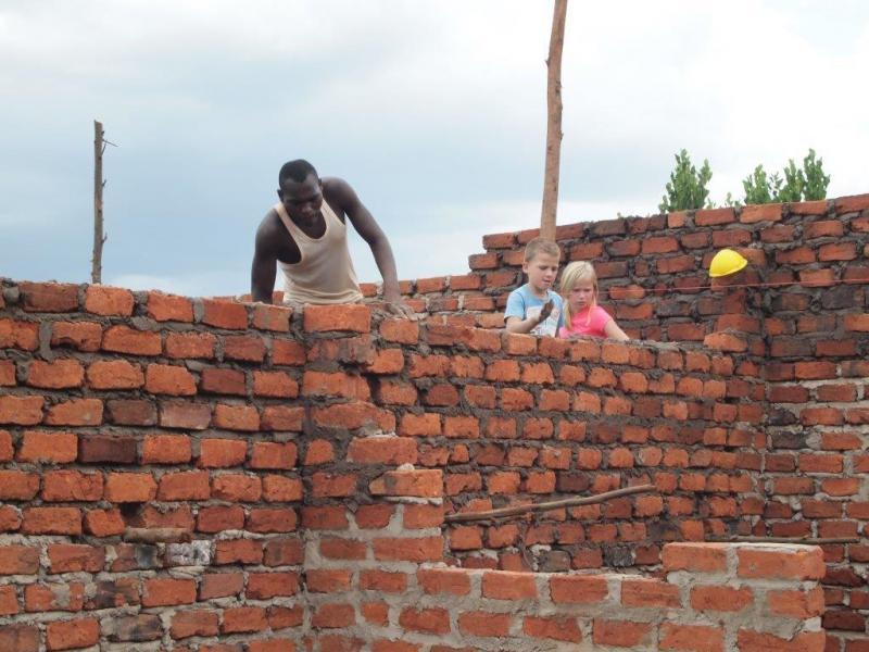 Noa en Finn helpen een handje mee aan de bouw van de noodopvang.