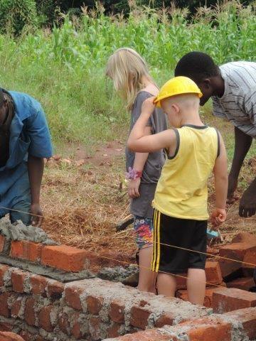 Finn inspecteert de vordering van de bouw.