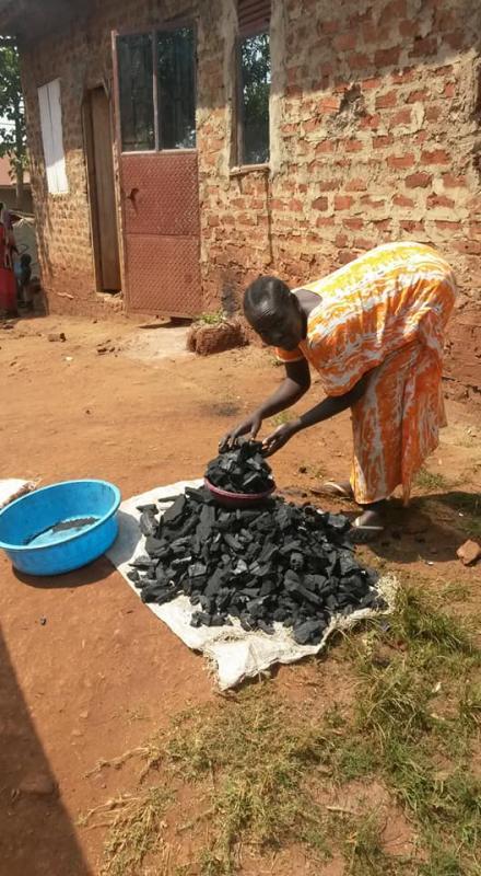 Sarah koopt houtskool in van haar winst, om meer inkomen te realiseren!